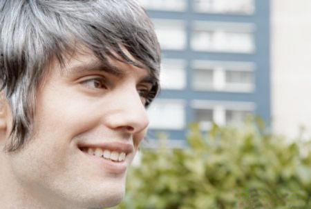 [新聞] 年輕人的白頭髮拔不拔?