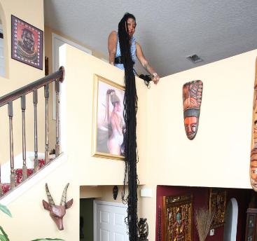 [新聞] 女子留16.8米長發或引發癱瘓 還稱頭髮是自己的生命
