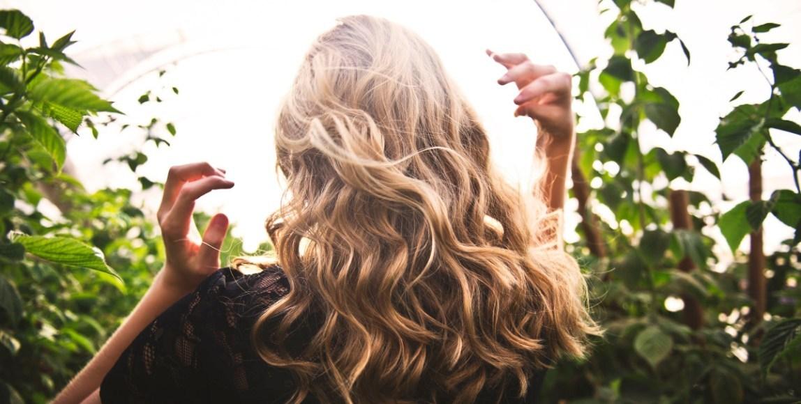 頭皮油、狂掉髮該怎麼辦?!醫生:「熬夜可能影響異常落髮,甚至使更年期提前」