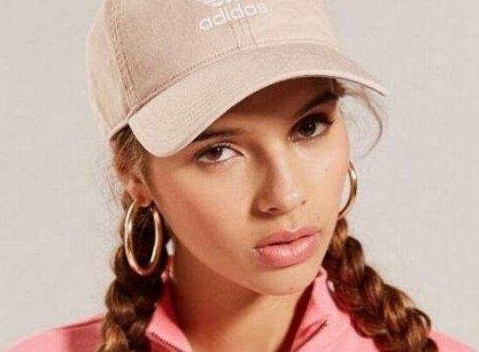 戴鴨舌帽的女生怎麼扎頭髮好看?? 密訣:配麻花辮更清純唷~